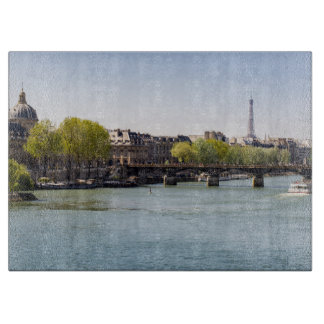 Opinión de la torre Eiffel del Sena del río en Tabla De Cortar