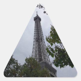 Opinión de la torre Eiffel entre el follaje Pegatina Triangular