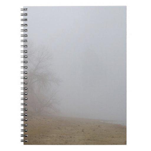 Opinión de niebla de la línea de la playa del lago libro de apuntes con espiral
