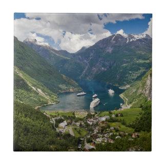 Opinión de Noruega a Geiranger de Flydalsjuvet Azulejo Cuadrado Pequeño