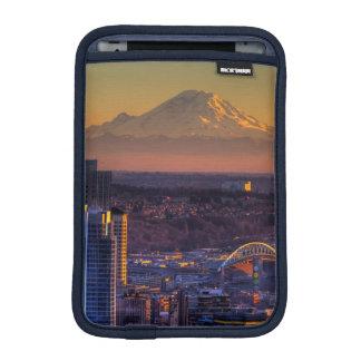 Opinión de Seattle céntrica, fútbol del paisaje ur Fundas iPad Mini