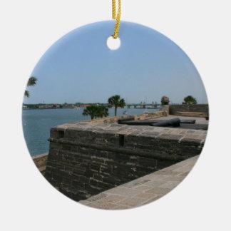 Opinión de St Augustine del fuerte hacia el puente Adorno Navideño Redondo De Cerámica