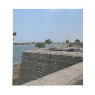 Opinión de St Augustine del fuerte hacia el puente Blocs