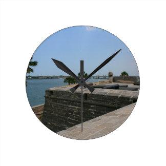 Opinión de St Augustine del fuerte hacia el puente Reloj Redondo Mediano