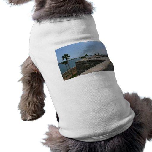 Opinión de St Augustine del fuerte hacia el puente Playera Sin Mangas Para Perro