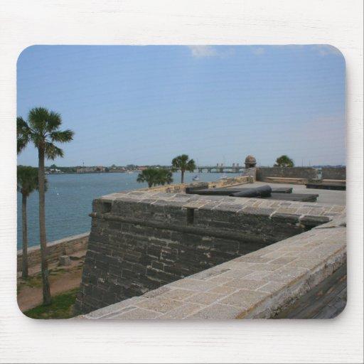 Opinión de St Augustine del fuerte hacia el puente Tapete De Ratones