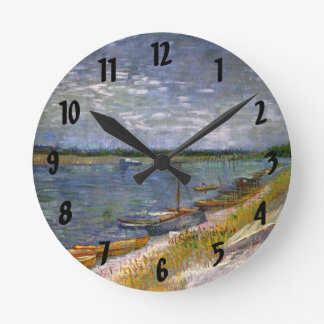 Opinión de Van Gogh del río con los barcos de Reloj Redondo Mediano