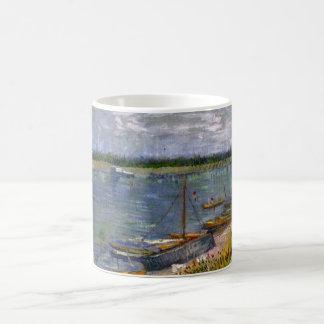 Opinión de Van Gogh del río con los barcos de Taza De Café