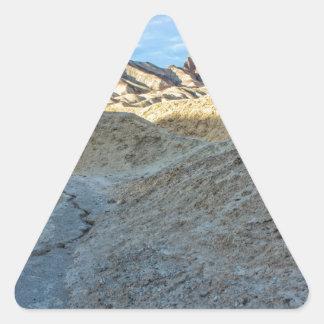 Opinión del cauce del río del formato de paisaje pegatina triangular