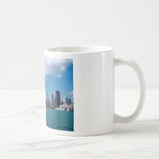 Opinión del horizonte de Chicago del embarcadero d Tazas De Café