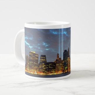 Opinión del horizonte de la ciudad en noche taza extra grande