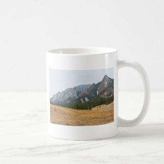 Opinión del invierno de Flatirons Boulder Colorado Taza