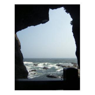 Opinión del mar de una cueva postal