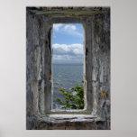 Opinión del mar de una ventana del castillo poster