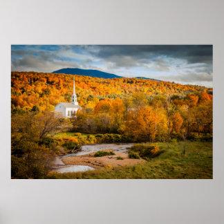 Opinión del otoño de la iglesia de la comunidad en póster