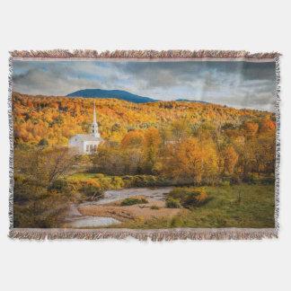 Opinión del otoño de la iglesia de la comunidad en manta