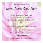 Opinión del primer de un zinnia rosado delicado invitaciones personalizada