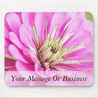 Opinión del primer de un zinnia rosado delicado mouse pads