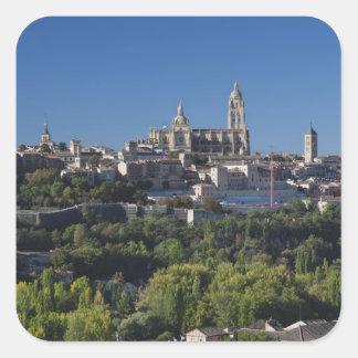 Opinión elevada de la ciudad con la catedral de pegatina cuadrada