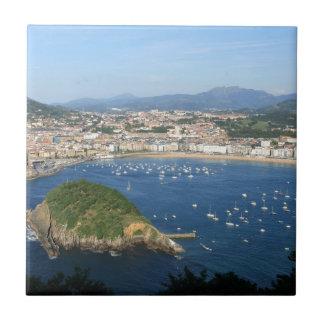 Opinión escénica de España del país vasco de San S Azulejo Cuadrado Pequeño