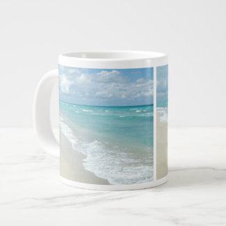 Opinión extrema de la playa de la relajación taza grande