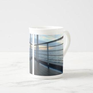 Opinión llana de la cubierta taza de porcelana