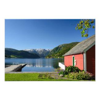 Opinión noruega y boathouse del fiordo fotografías