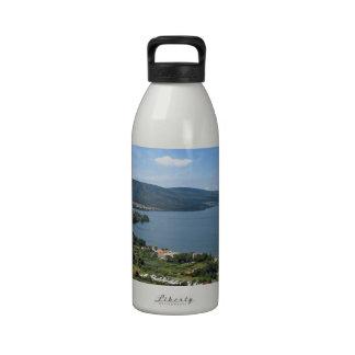Opinión panorámica de Bracciano del lago Botellas De Beber