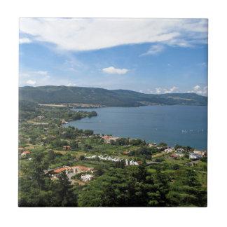 Opinión panorámica de Bracciano del lago Teja