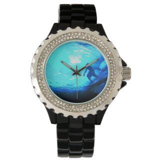 Opinión subacuática de las ondas tropicales que relojes