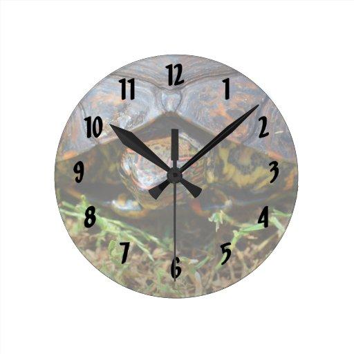 Opinión superior saturated.jpg de la tortuga adorn reloj redondo mediano