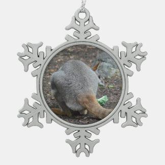 opinión trasera del wallaby que mira sobre animal adornos