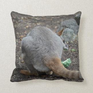 opinión trasera del wallaby que mira sobre animal cojín