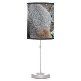 opinión trasera del wallaby que mira sobre animal lámpara de escritorio