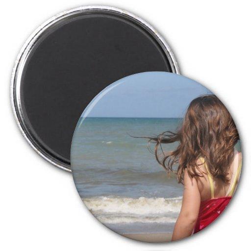 Opinión trasera el niño en una playa de la Florida Imán