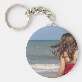 Opinión trasera el niño en una playa de la Florida Llaveros