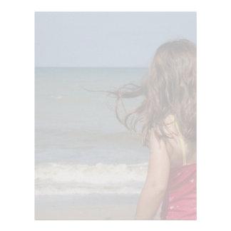 Opinión trasera el niño en una playa de la Florida Membrete