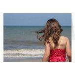 Opinión trasera el niño en una playa de la Florida Felicitaciones