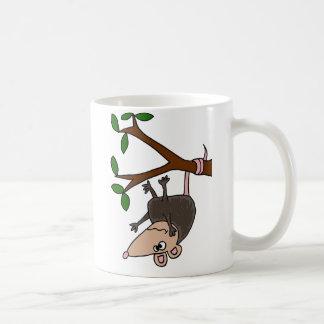 Oposum chistoso que cuelga de árbol taza