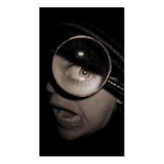 optometrista que magnifica tarjetas de visita