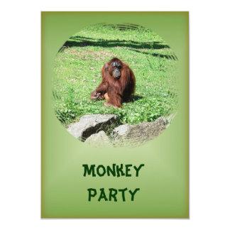 """Orangután cabelludo rojo marrón que se sienta en invitación 5"""" x 7"""""""