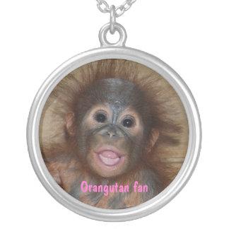 Orangután del bebé en Borneo Colgante Redondo