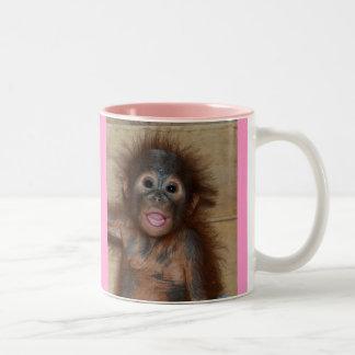Orangután precioso del bebé taza de café de dos colores
