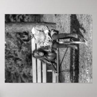 Orangután y muchacho en la fotografía nacional del póster