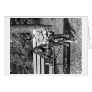 Orangután y muchacho en la fotografía nacional del tarjeta de felicitación