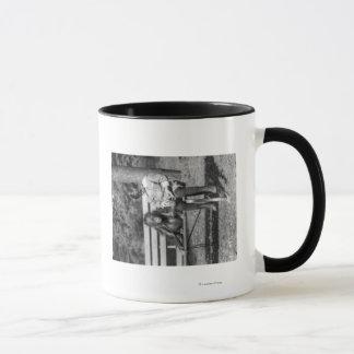 Orangután y muchacho en la fotografía nacional del taza