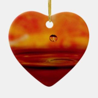 Orbe ardiente del agua adorno navideño de cerámica en forma de corazón