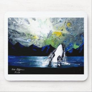 ORCA DE LA ORCA QUE SE DIVIERTE EN THE SUN TAPETE DE RATON