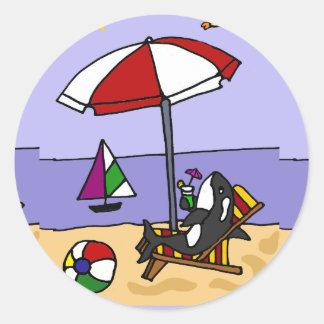 Orca divertida en el arte de la playa pegatina redonda