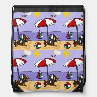 Orca divertida en la playa mochilas